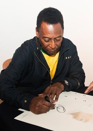 """Pelé autografa livro """"1283"""" - Divulgação"""