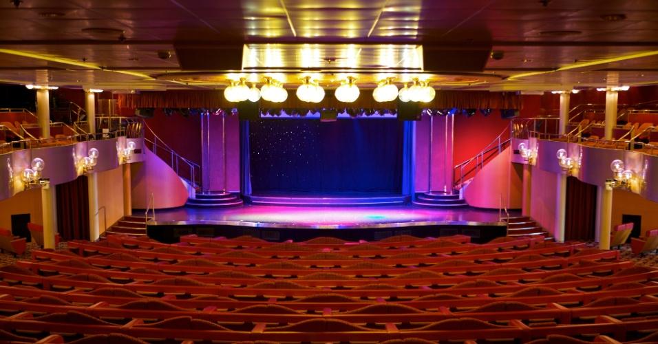 Teatro do navio Sovereign abriga diversos espetáculos durante as viagens marítimas da embarcação