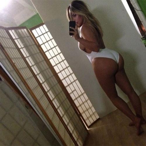 """17.out.2013 - De maiô, Kim Kardashian exibe curvas generosas em sua conta no Instagram três meses após ter dado à luz. """"Sem filtro"""", brincou a socialite"""