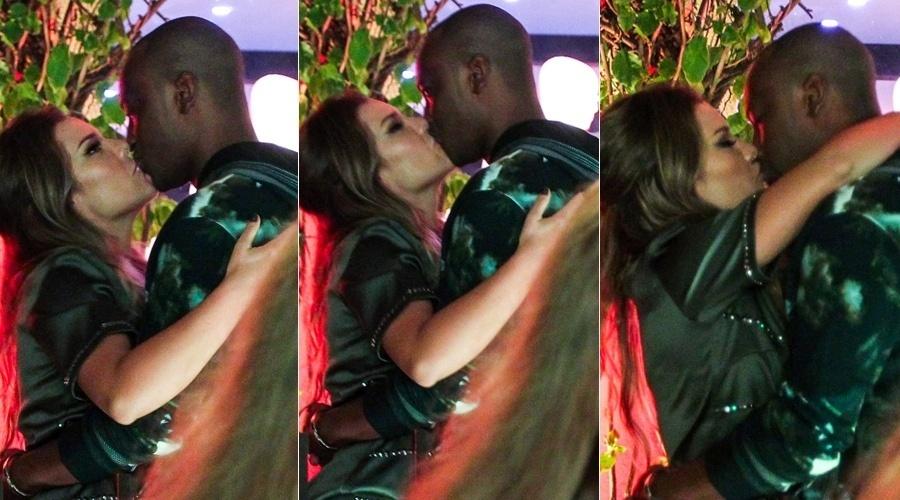 17.out.2013 - Fernanda Souza e Thiaguinho trocaram beijos durante um evento de moda em São Paulo. Eles estão noivos e o casamento deverá ser realizado em 2015
