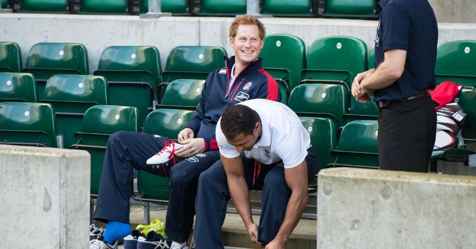 17.out.2013 - Príncipe Harry coloca tênis para jogar rugby com estudantes em evento da Rugby Football Union (RFU) voltado para a promoção do esporte em escolas. A partida aconteceu no estádio Twickenham, em Londres, Inglaterra