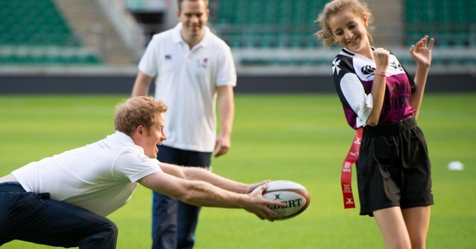 17.out.2013 - Príncipe Harry joga rugby com estudantes em evento da Rugby Football Union (RFU) voltado para a promoção do esporte em escolas. A partida aconteceu no estádio Twickenham, em Londres, Inglaterra