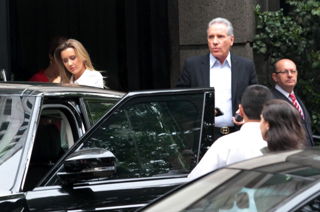 17.out.2013 - Roberto Justus almoçou com a namorada, a modelo Ana Paula Siebert, em um restaurante em São Paulo