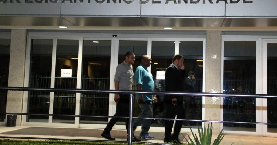 17.out.2013- Naldo deixa fórum após audiência sobre a pensão alimentícia do filho Pablo, do seu casamento com Branka Silva