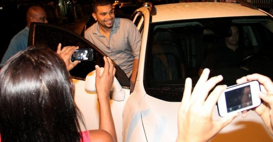 17.out.2013- Naldo sai do carro para tirar fotos com fãs após audiência sobre a pensão alimentícia do filho Pablo