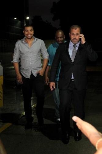 17.out.2013- Naldo também saiu sorridente do Fórum de Olaria, no Rio de Janeiro