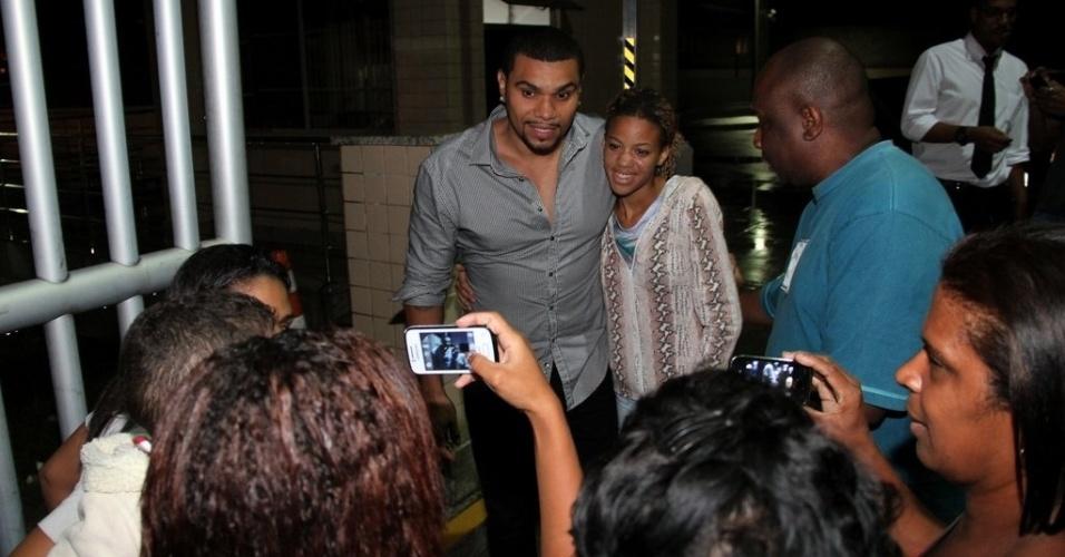 17.out.2013- O cantor foi tietado na porta e tirou fotos com fãs
