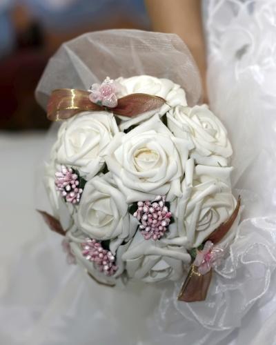 A noiva também pode combinar o tecido que reveste o buquê com a cor do vestido