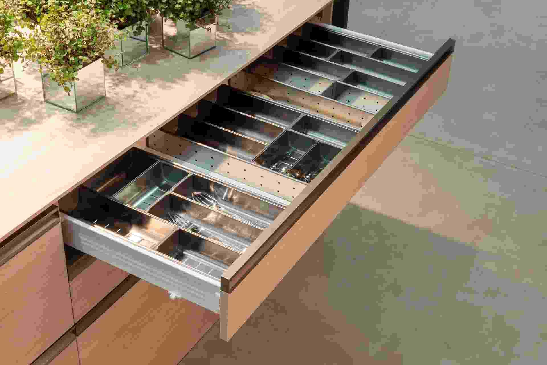 As gavetas da linha Orga-Line da Dell Anno (www.dellanno.com.br), em parceria com a marca austríaca Blum, possuem divisões internas variáveis conforme a necessidade de armazenamento. Em destaque, um modelo com organizador de talheres - Divulgação