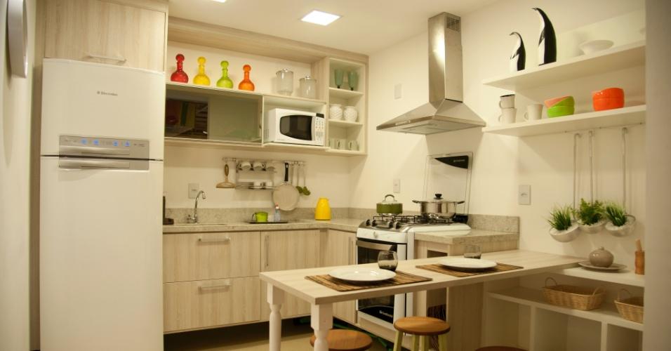 Em um espaço em L, a cozinha funcional e compacta acomoda uma pequena mesa para as refeições. Os nichos abertos organizam os objetos e garantem uma decoração com itens do dia a dia. A Casa Brasileira, nova franquia de móveis planejados da Unicasa Móveis (detentora também das marcas Dell Anno e Favorita), executa o projeto para ambientes menores