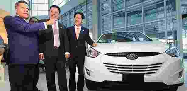 Carlos Alberto de Oliveira Andrade (Caoa), Marconi Perillo, governador do estado de Goiás, e William Lee, presidente da Hyundai do Brasil, posam ao lado do ix35 nacional na fábrica da marca em Anápolis (GO) - Divulgação
