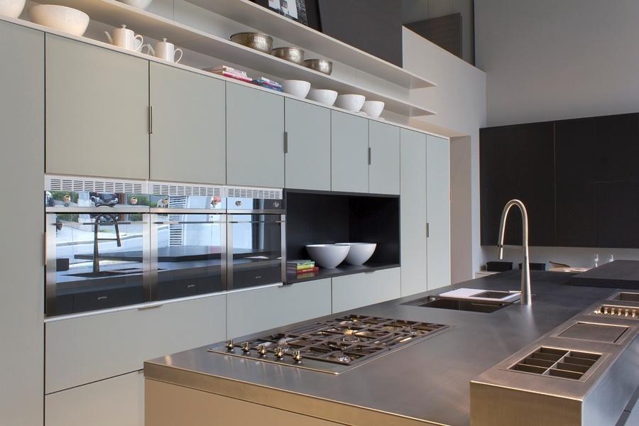 No projeto da cozinha planejada da Dell Anno (www.dellanno.com.br), para ambientes espaçosos, a aposta é em mobiliário e ilha de cores neutras. As prateleiras são feitas em laca Color One, de acabamento acetinado em tom cinza claro. As frentes do armário combinam o vidro Cristallo Acidato Safari com a laca Noir, de efeito acetinado e tonalidade cinza escuro