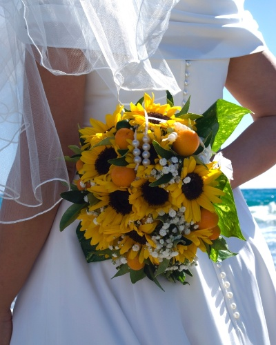 Para dar um toque de delicadeza, podem ser colocadas algumas pérolas entre as flores do buquê. Outra opção é enfeitar o arranjo com um terço na haste