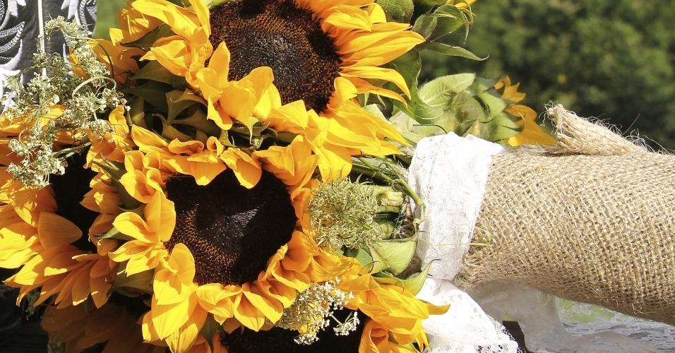Quem vai fazer um casamento de dia ou ar livre pode dar um toque mais natural ao buquê, revestindo o cabo das flores com um tecido rústico, como a juta
