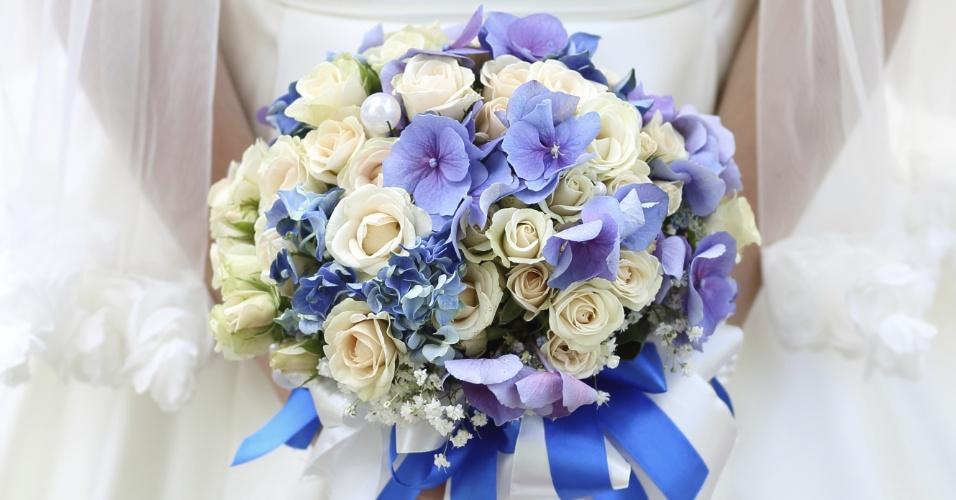 Tradicionalmente, o azul é uma cor que dá sorte para a noiva. O buquê com flores mescladas em tons de azul e branco foi arrematado por duas fitas nessas mesmas cores