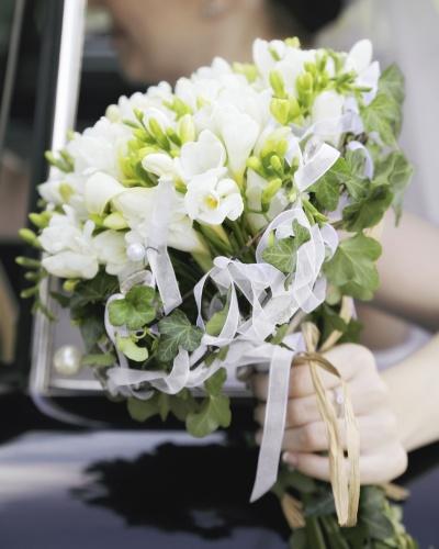 Trançar uma fita de tecido entre as flores do buquê é uma opção fácil para dar um diferencial ao acessório