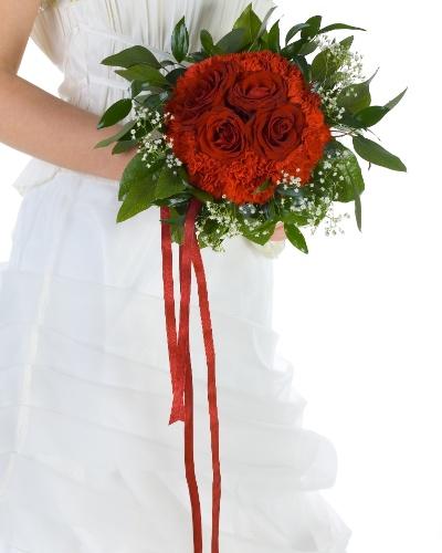 Um enfeite simples mas que pode dar um belo contraste com o vestido e amarrar o buquê com uma fita longa em uma cor forte como o vermelho. É um detalhe discreto, mas que deixa o acessório diferente