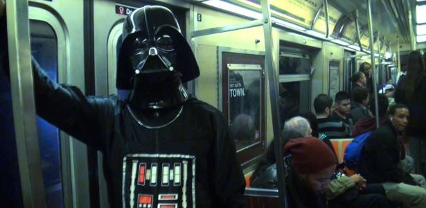 10.out.2013 - O repórter James Cimino faz cosplay de Darth Vader para festa na Comic Con - Thiago Mota/UOL