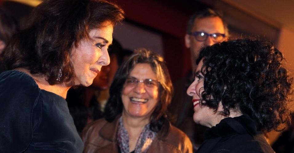 17.out.2013 - A atriz Betty Faria e a cineasta Tata Amaral conversam durante a abertura da Mostra de São Paulo, no Auditório Ibirapuera