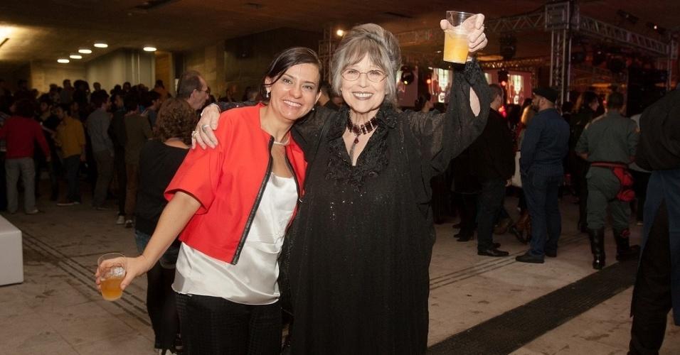 17.out.2013 - A diretora da Mostra de São Paulo, Renata de Almeida, e a viúva de Stanely Kubrick, Christiane Kubrick, aproveitam a festa de abertura do evento, na Praça das Artes, no centro da cidade