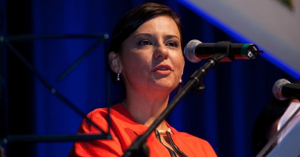 17.out.2013 - A diretora da Mostra de São Paulo, Renata de Almeida, fala durante a abertura do evento, no Auditório Ibirapuera