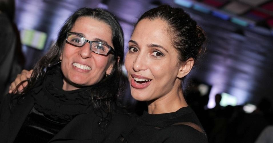 17.out.2013 - A diretora Fabrizia Alves Pinto e a atriz Camila Pitanga, aproveitam a festa de abertura da Mostra de São Paulo, na Praça das Artes, no centro da cidade