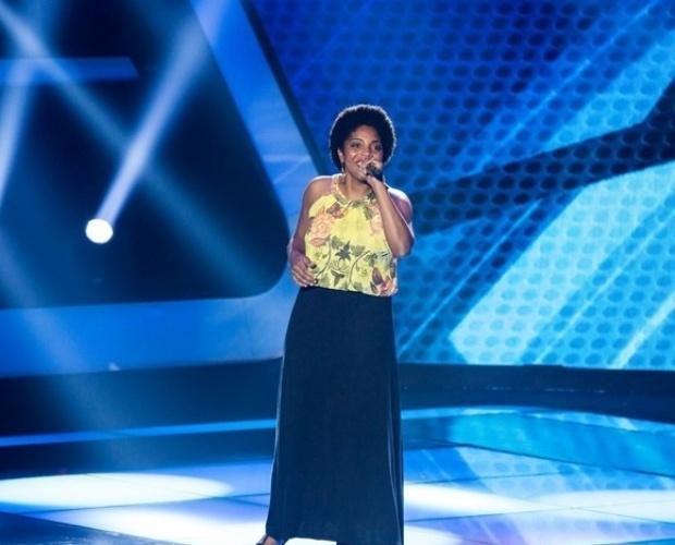 """17.out.2013 - Alessandra Crispim, de 25 anos, cantou """"A Ordem é Samba"""", de Jackson do Pandeiro e Severino Ramos"""