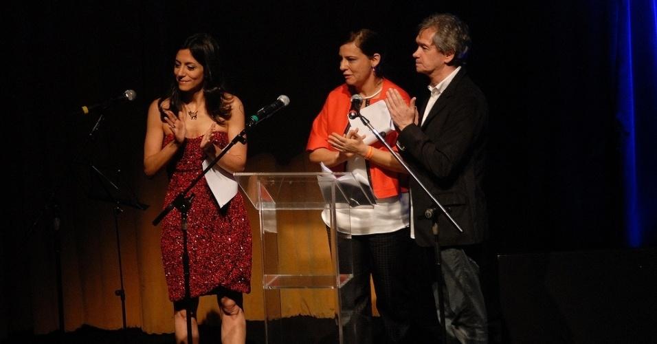17.out.2013 - Os apresentadores Marina Person e Serginho Groissman e a diretora da Mostra de São Paulo, Renata de Almeida (centro), comandam a abertura do evento, no Auditório Ibirapuera