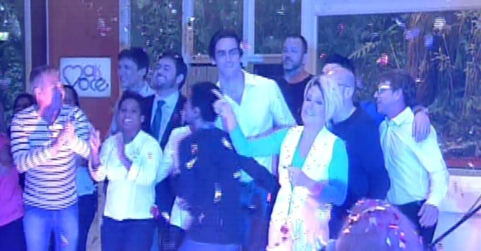 """18.out.2013 - Ana Maria Braga dança com repórteres e membros da equipe do """"Mais Você"""" no encerramento da edição especial em comemoração aos 14 anos do programa"""