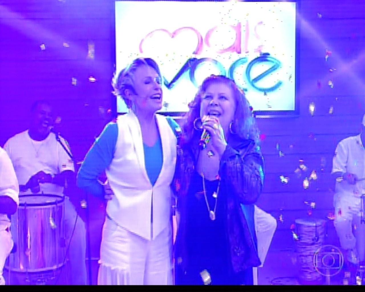 18.out.2013 - Ana Maria Braga dança e acompanha Beth Carvalho, que encerrou a comemoração de 14 anos do