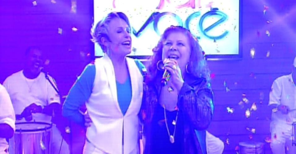 """18.out.2013 - Ana Maria Braga dança e acompanha Beth Carvalho, que encerrou a comemoração de 14 anos do """"Mais Você"""" com """"Vou Festejar"""""""