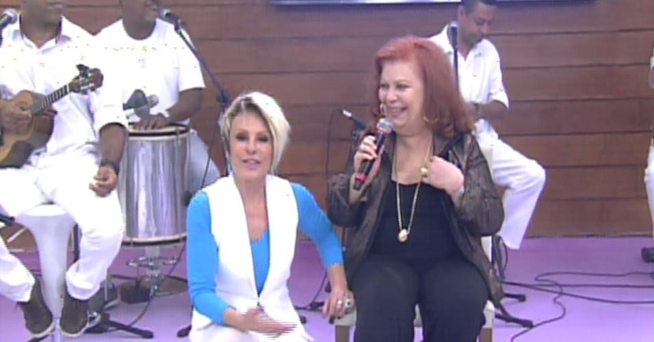 """18.out.2013 - Ana Maria Braga recebe a sambista Beth Carvalho para cantar na comemoração dos 14 anos do """"Mais Você"""""""
