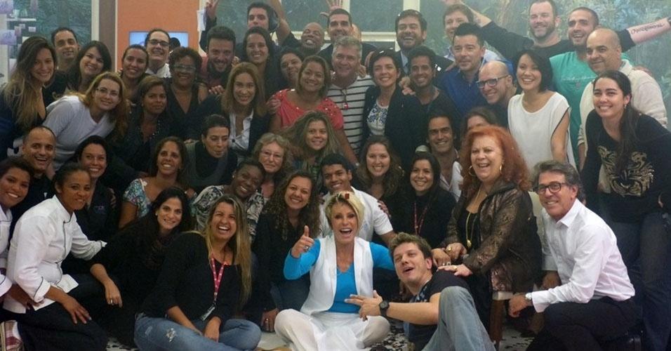 """18.out.2013 - Ana Maria Braga tira foto com equipe do """"Mais Você"""" no aniversário de 14 anos do programa"""