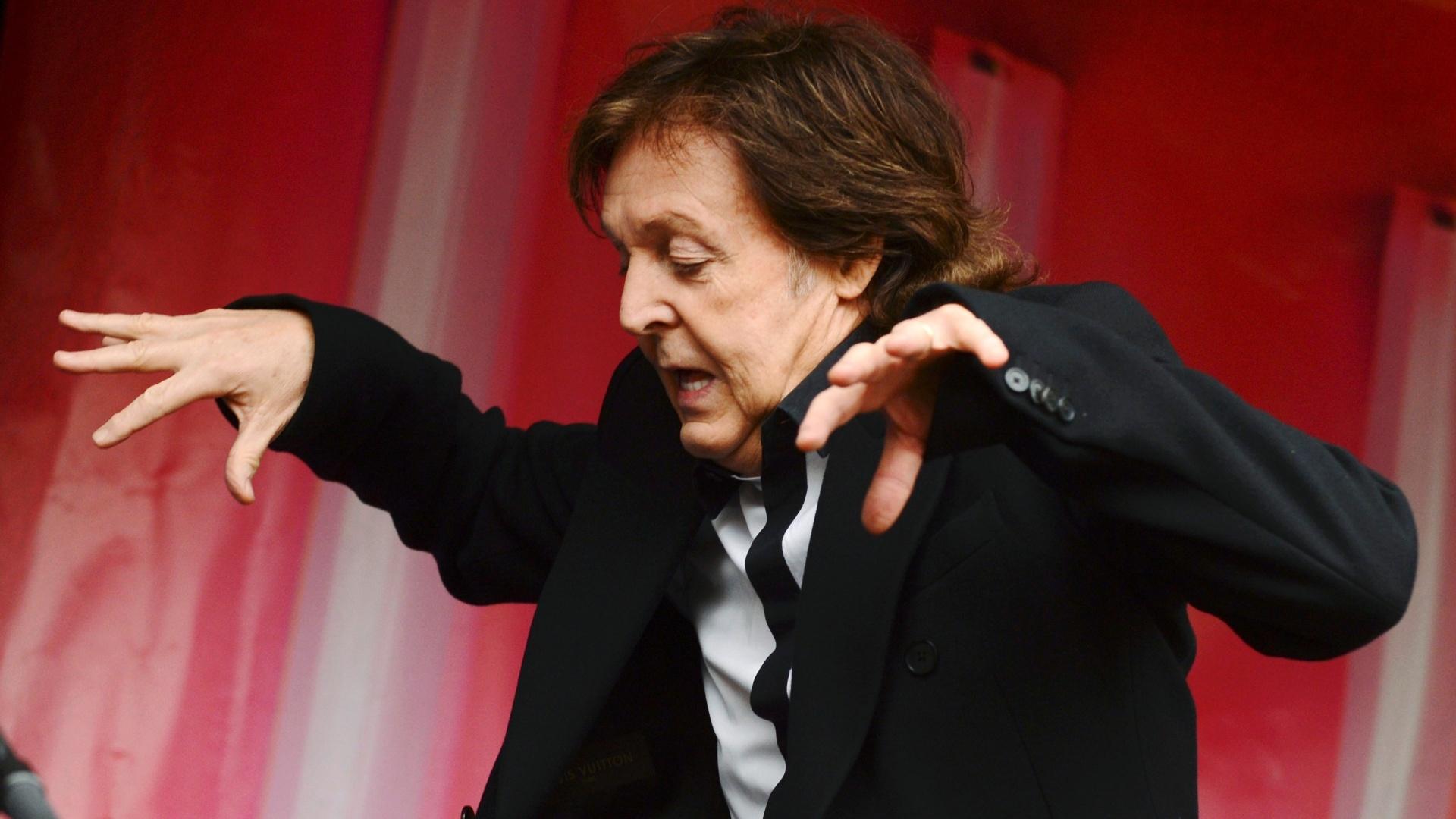 18.out.2013 - Paul McCartney faz show surpresa para promover o disco