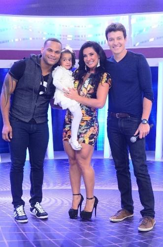 18.out.2013 - Scheila Carvalho e Tony Salles posam com a filha Giulia e o apresentador Rodrigo Faro nos bastidores do