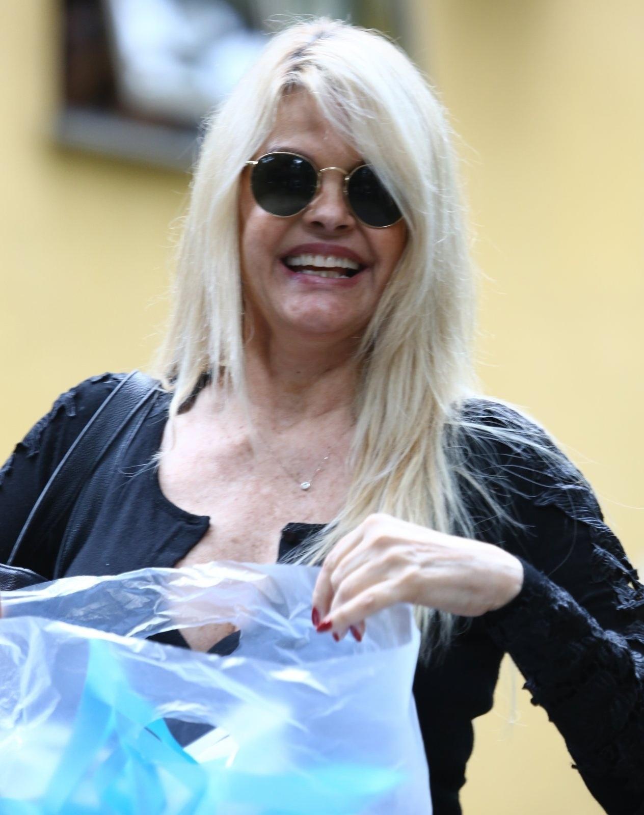 18.out.2013 -Monique Evans deixou nesta sexta a clínica de reabilitação onde estava internada há 12 dias, no Rio