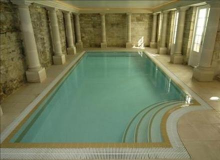A casa que Nicolas Cage comprou por US$ 7 milhões tem esta piscina interna, que lembra as termas da época do Império Romano