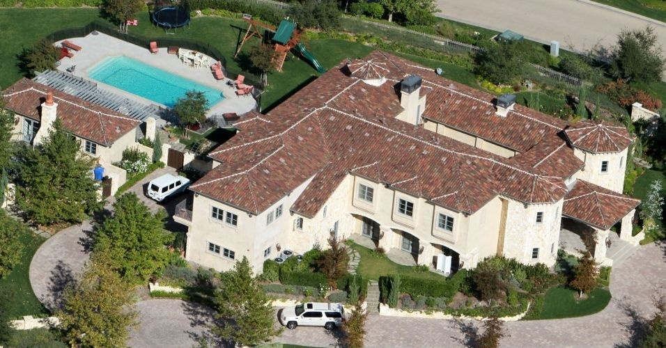 A mansão de Britney Spears em Calabasas, na Califórnia, tem espaço para churrasqueira, piscina, playground e sala de cinema. Os banheiros têm grandes janelas e vista para a piscina. A cantora também tem outra propriedade em Beverly Hills, avaliada em mais de 7 milhões de dólares