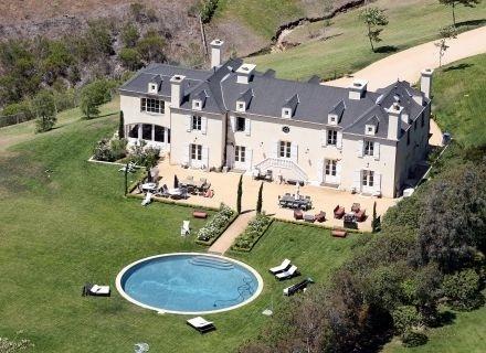 Além dessa piscina redonda, a casa de Pamela Anderson em Malibu tem quatro quartos, quatro banheiros e fácil acesso à praia de Escondido