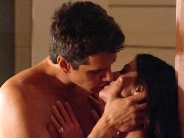 """Em """"Amor À Vida"""", Guto e Silvia passam tarde em motel"""