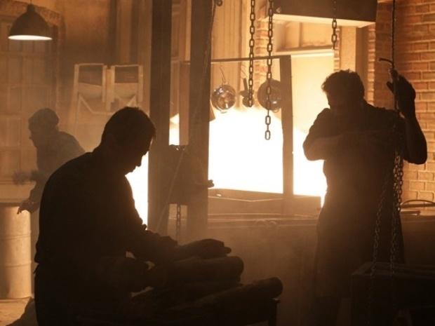 """Em """"Joia Rara"""", Toni fica gravemente ferido em explosão na fábrica"""