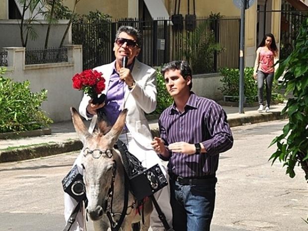 """Em """"Malhação"""", Caetano pede Bernardete em casamento montado em um jegue"""