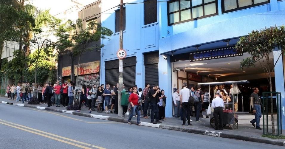 18.out.2013 - Público faz fila para sessão de