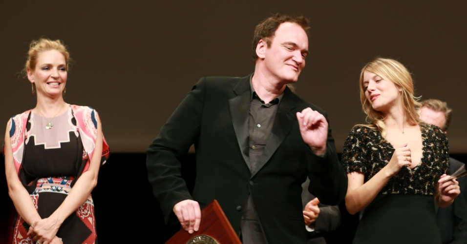 18.out.2013 - Quentin Tarantino dança com a atriz francesa Melanie Laurent depois de receber um prêmio no festival de Lyon