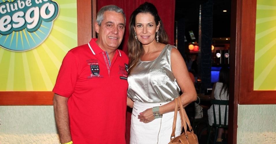 19.out.2013 - Ao lado da mulher, a atriz Patrícia Naves, o repórter esportivo Mauro Naves prestigia a inauguração do bar Clube do Vesgo, no bairro de Pinheiros, em São Paulo