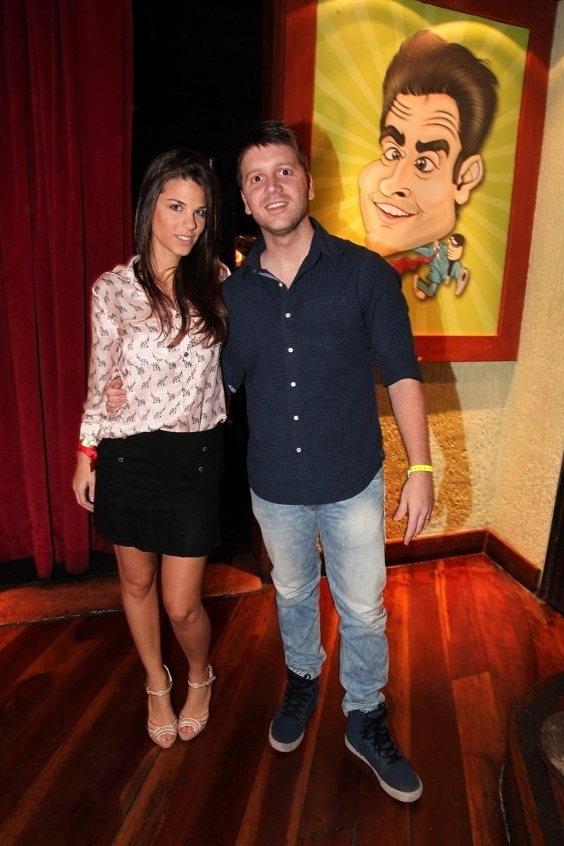 19.out.2013 - Daniel Zukerman e a mulher, Marcela Maluf, prestigiam a inauguração do bar Clube do Vesgo, no bairro de Pinheiros, em São Paulo