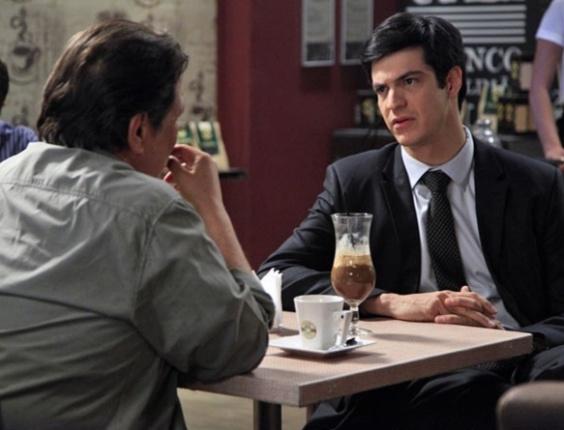 """Em """"Amor à Vida"""", Félix oferece emprego a Atílio no San Magno"""