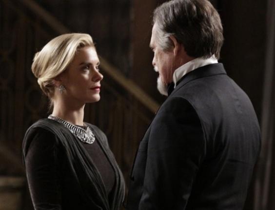 """Em """"Joia Rara"""", Iolanda recupera o colar e Ernest briga com Gertrude"""
