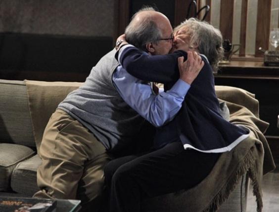 """Em """"Amor à Vida"""", Lutero e Bernarda matam a saudade com beijo apaixonado"""