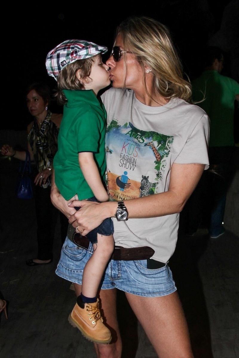 20.out.2013 - Adriane Galisteu dá selinho no filho Vittorio durante o Kids Fashion Show, evento de moda realizado em São Paulo